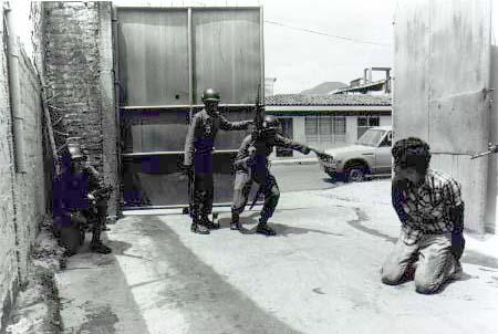 As fotos em preto e branco são do álbum da guerrilha