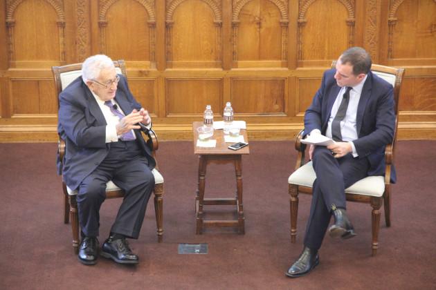 Henry Kissinger fala do novo livro com seu biógrafo, Niall Ferguson, de Harvard, na Universidade de Yale.