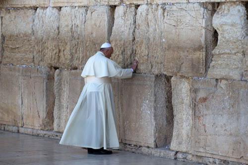 Papa reza no que restou dos templos: o Muro das Lamentações.
