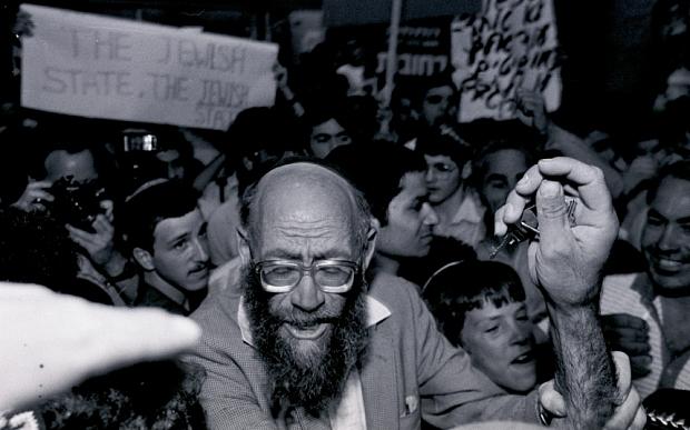 Rabino Moshe Levinger na celebração da criação da colônia Kiriat Arba pelo Gush Emunim  (EPA/JIM HOLLANDER)