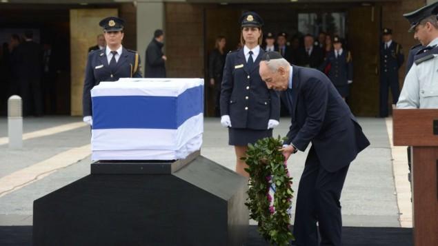 O sucessor Shimon Peres, no enterro de Rabin