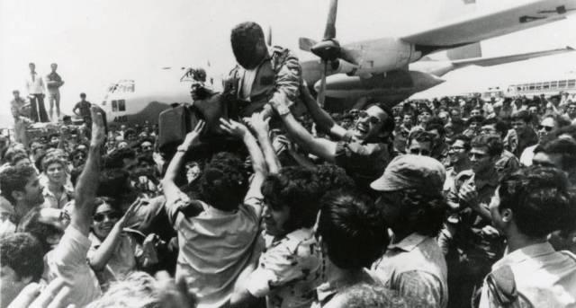 Os reféns de Entebbe chegam a Tel-Aviv