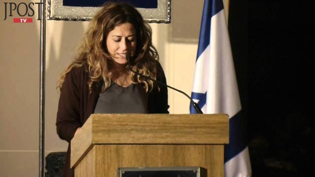 Jovem, chorando: filha de Rabin.