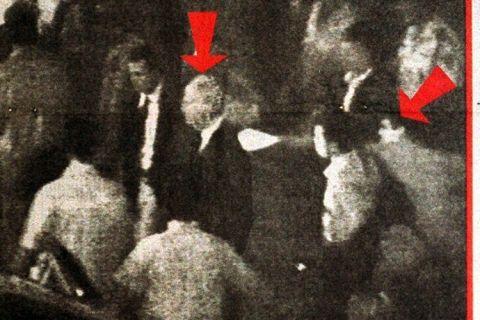 Rabin (seta à esq.) e seu assassino com o clarão de um dos dois disparos.