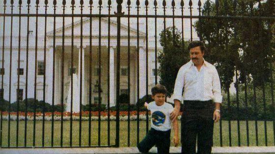 O turista Pablo Escobar com o filho, diante da Casa Branca.