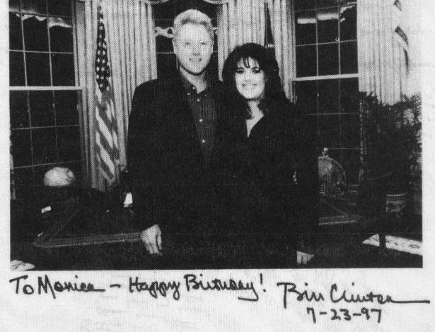 foto-com-dedicatoria-do-ex-presidente-bill-clinton-desejando-feliz-aniversario-a-entao-estagiaria-monica-lewinsky-em-julho-de-1997-1344999732747_615x470